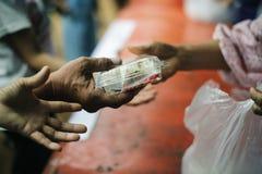Concept liefdadigheidsvoedsel voor de armen: het concept het levensproblemen, honger in de maatschappij: Het helpen van Mensen me royalty-vrije stock afbeelding