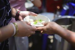 Concept liefdadigheidsvoedsel voor de armen: het concept het levensproblemen, honger in de maatschappij: Het helpen van Mensen me stock fotografie