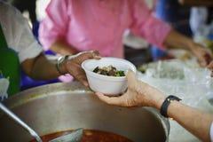 Concept liefdadigheidsvoedsel voor de armen: het concept het levensproblemen, honger in de maatschappij: Het helpen van Mensen me stock foto's