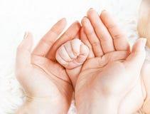 Concept liefde, ouderschap, moederschap pasgeboren babyhandvat binnen Royalty-vrije Stock Afbeelding