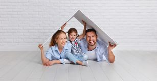 Concept logeant la jeune famille Père et enfant de mère dans nouveau h Photo stock