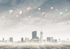 Concept luchtvervuilingsconcept met aerostaten die boven CIT vliegen Stock Afbeeldingen