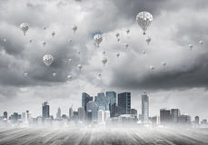 Concept luchtvervuilingsconcept met aerostaten die boven stad vliegen Stock Foto's