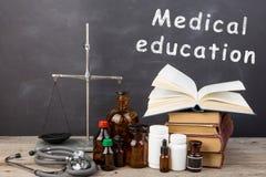 Concept médical d'éducation - livres, bouteilles de pharmacie, stéthoscope photos stock