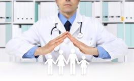Concept médical d'assurance médicale maladie, mains de docteur avec des icônes de famille Images stock
