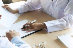 Concept médical de réunion d'équipe de réseau de technologie Wor de main de docteur photographie stock