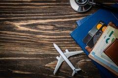 Concept médical de tourisme - passeports, stéthoscope, avion, argent images stock