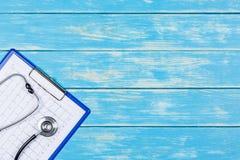 Concept médical sur un fond en bois bleu Image stock