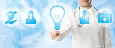 Concept m?dical d'innovation - docteur avec l'ic?ne de lampe illustration stock