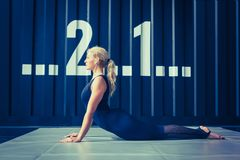 Concept: macht, sterkte, gezonde levensstijl, sport Krachtige aantrekkelijke spiervrouw bij CrossFit-gymnastiek stock afbeelding