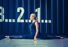 Concept: macht, sterkte, gezonde levensstijl, sport Krachtige aantrekkelijke spiervrouw bij CrossFit-gymnastiek stock foto