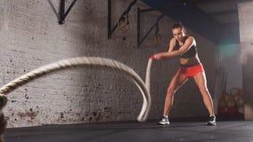 Concept: macht, sterkte, gezonde levensstijl, sport Krachtige aantrekkelijke spiervrouw Dwars Geschikte trainer do battle stock footage