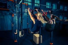 Concept: macht, sterkte, gezonde levensstijl, sport Krachtige aantrekkelijke spiervrouwen bij CrossFit-gymnastiek royalty-vrije stock fotografie