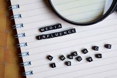 Concept Media Invloed op houten kubussen met boeken op achtergrond royalty-vrije stock foto's