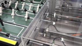 Concept mens tegen machine - Speelkicker tegen een robot met kunstmatige intelligentie stock footage