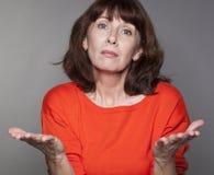 Concept mental de juge pour la femme 50s de présentation d'excuses Photo stock