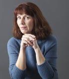 Concept mental de juge pour la femme 50s douteuse Image stock