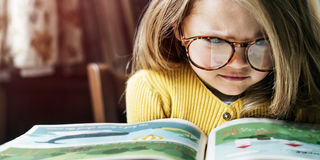 Concept mignon adorable de fabulation de lecture de fille photo stock