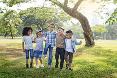 Concept mignon gai d'enfants d'amis d'enfants occasionnels Photos stock