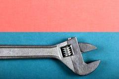 Concept minimal d'amusement d'été Vue supérieure sur la clé réglable, clé Photo stock