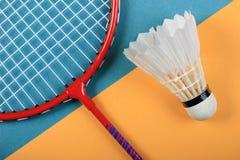 Concept minimal d'amusement d'été Vue supérieure sur la raquette et le volant de badminton photo libre de droits