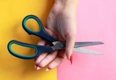Concept minimal d'amusement Mains de femme avec des ciseaux Photo libre de droits