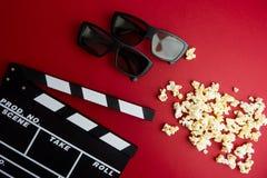 Concept minimal de cinéma Concept minimal de WCinema Film de observation dans le cinéma panneau de clapet, 3d verres, maïs éclaté Image stock