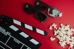 Concept minimal de cinéma Concept minimal de WCinema Film de observation dans le cinéma panneau de clapet, 3d verres, maïs éclaté Image libre de droits
