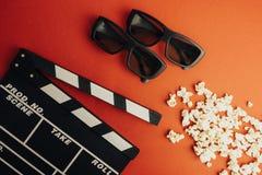 Concept minimal de cinéma Concept minimal de WCinema Film de observation dans le cinéma panneau de clapet, 3d verres, maïs éclaté Photographie stock
