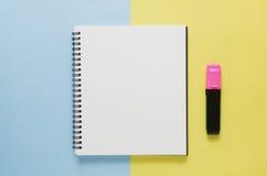 Concept minimal de lieu de travail de bureau Carnet vide, couleur p de marqueur Photo stock