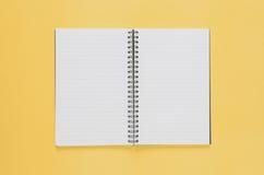 Concept minimal de lieu de travail de bureau Carnet vide sur le backg jaune Photos libres de droits