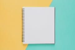 Concept minimal de lieu de travail de bureau Carnet vide sur le jaune et le b photos stock