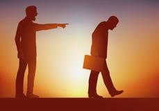 Concept misbruik van macht, met een werkgever die zonder genade, één van zijn werknemers verzendt royalty-vrije illustratie