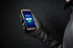Concept mobile d'entaille d'opérations bancaires et de sécurité de cyber image stock