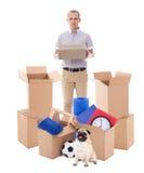 Concept mobile de jour - homme bel avec les boîtes en carton brunes et photographie stock libre de droits