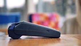 Concept mobile de paiement Personne effectuant le paiement sans fil avec le téléphone banque de vidéos
