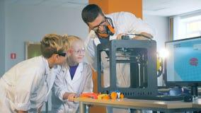 Concept moderne d'éducation Technologie d'étude de Chikdren avec un ingénieur dans un laboratoire d'école