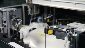 Concept moderne de laboratoire médical Processus médical automatisé d'analyse Les bras robotiques de technologie se déplacent ave banque de vidéos