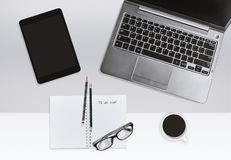Concept moderne de lieu de travail de bureau Ordinateur portable et carnet avec la tasse de liste des tâches et de café photo stock