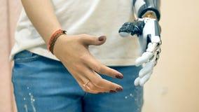 Concept moderne de médecine Le bras robotique de prothèse s'est relié à une main de femme handicapée 4K