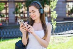 Concept moderne de mode de vie de la vie de génération de la jeunesse de technologie de technologie Portrait de photo de plan rap photos stock