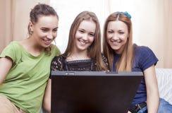 Concept moderne de style de vie Portrait de trois jeune Laughin heureux Photographie stock libre de droits