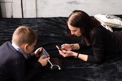 Concept moderne Internet-verslaving aan smartphones en gadgets stock foto