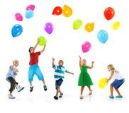 Concept multi-ethnique d'amitié de bonheur de ballon d'enfants Image stock