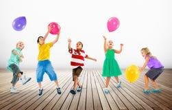 Concept multi-ethnique d'amitié de bonheur de ballon d'enfants Image libre de droits