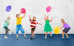 Concept multi-ethnique d'amitié de bonheur de ballon d'enfants Photo libre de droits
