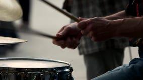 Concept musical avec le tambour fonctionnant clips vidéos