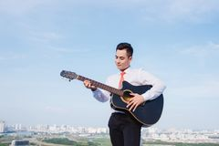 Concept musical Homme occasionnel jouant la guitare de pratique photo stock