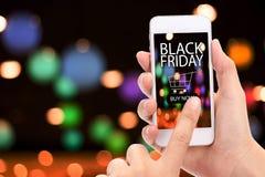 Concept noir de vendredi ACHETER MAINTENANT de clic de main de femme sur le mobile avec le bl Photos stock