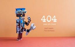 concept non trouvé de page de 404 erreurs ` M de la panique I du ` t de Don un mécanicien Remettez à clé le bricoleur de robot de Photo stock